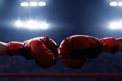 Deux gants de boxe sur les anneaux images libres de droits