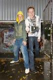 Deux garçons affichant un bidon Photos libres de droits