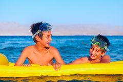 Deux garçons apprécient leur temps sur la plage images stock