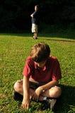 Deux garçons après un argument Photographie stock libre de droits