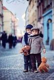 Deux garçons au centre de Prague image stock