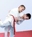 Deux garçons avec la ceinture blanche et rouge exécutent le judo de jet Photos libres de droits