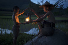 Deux garçons avec la lampe Photos stock