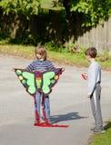 Deux garçons avec un cerf-volant Photographie stock libre de droits