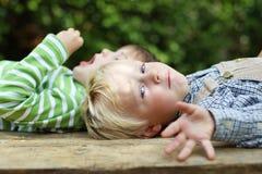 Deux garçons détendant dans le jardin Image libre de droits
