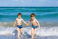 Deux garçons d'enfant courant sur l'océan échouent en Floride Photo libre de droits