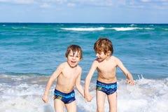 Deux garçons d'enfant courant sur l'océan échouent en Floride Image libre de droits