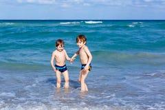 Deux garçons d'enfant courant sur la plage d'océan Petits enfants ayant l'amusement Photographie stock libre de droits