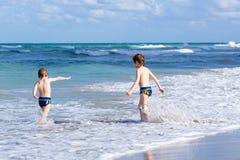 Deux garçons d'enfant courant sur la plage d'océan Petits enfants ayant l'amusement Photo stock