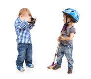 Deux garçons d'enfant en bas âge jouant avec un appareil-photo Image stock