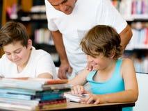 Deux garçons dans la bibliothèque Image libre de droits