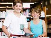 Deux garçons dans la bibliothèque Photographie stock libre de droits