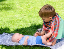 Deux garçons dans le jardin Photographie stock
