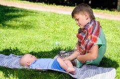 Deux garçons dans le jardin photographie stock libre de droits