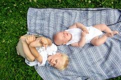 Deux garçons dans le jardin image stock