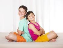 Deux garçons dans le lit Photo libre de droits