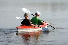Deux garçons dans un canoë Images stock