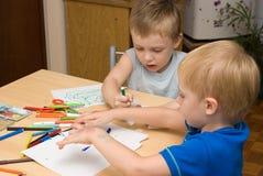 Deux garçons dans un jardin d'enfants Photo libre de droits