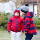 Deux garçons de petit enfant marchant ensemble dehors Images stock