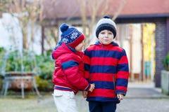 Deux garçons de petit enfant marchant ensemble dehors Images libres de droits