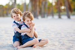 Deux garçons de petits enfants ayant l'amusement sur la plage tropicale Photo stock
