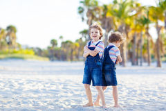 Deux garçons de petits enfants ayant l'amusement sur la plage tropicale Photo libre de droits