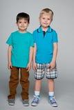 Deux garçons de sourire de mode petits Photographie stock libre de droits