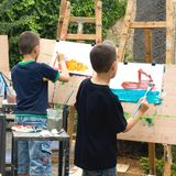 Deux garçons dessinant des illustrations Photos libres de droits
