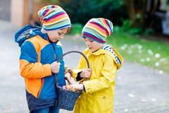 Deux garçons et amis de petits enfants faisant l'oeuf de pâques traditionnel chasser Photo libre de droits