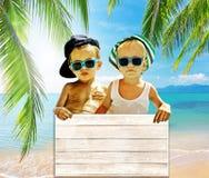 Deux garçons frais avec le conseil Photographie stock