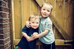 Deux garçons heureux étreignant - Instagram Photographie stock libre de droits
