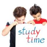 Deux garçons heureux avec le panneau des textes Images stock
