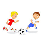 Deux garçons jouant au football Photos stock