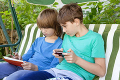 Deux garçons jouant avec la Tablette Images libres de droits
