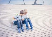 Deux garçons jouant des jeux ou surfant l'Internet sur les ordinateurs numériques de comprimés Photo libre de droits
