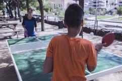 Deux garçons jouant le ping-pong sur la rue Photo stock