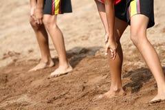 Deux garçons jouant le volleyball de plage Image libre de droits