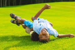 Deux garçons jouent Photo libre de droits