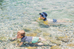 Deux garçons nageant en mer Photos libres de droits