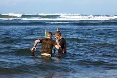 Deux garçons naviguant au schnorchel pour des coquillages Images stock
