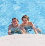 Deux garçons ont l'amusement dans le regroupement Photo libre de droits