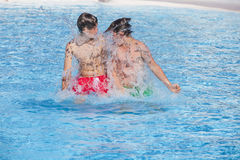 Deux garçons ont un temps gentil dans la piscine Images stock