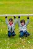 Deux garçons penchés sur une barrière Photo libre de droits