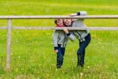 Deux garçons penchés sur une barrière Image libre de droits