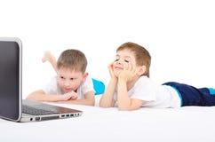 Deux garçons regardant sur l'ordinateur portable Image libre de droits