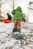 Deux garçons sledding sur la colline image libre de droits