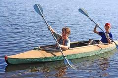 Deux garçons sur un kayak Photographie stock