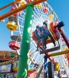 Deux garçons sur un tour sur Santa Monica Pier Photo stock