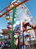 Deux garçons sur un tour sur Santa Monica Pier Images stock