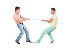 Deux garçons tirant une corde Images libres de droits